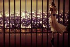 Junge hübsche Frau in der Luxuswohnung Stockbilder