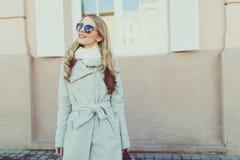 Junge hübsche Frau in der Sonnenbrille auf Frühlingsstraßen Stockfotos