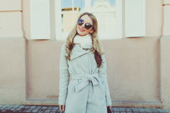 Junge hübsche Frau in der Sonnenbrille auf Frühlingsstraßen Stockbilder