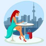 Junge hübsche Frau, die allein im Café sitzt und Stockbild