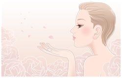 Junge hübsche Frau, die auf Blumenblättern der Rosen durchbrennt Lizenzfreie Stockbilder