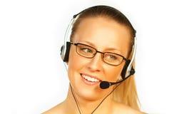 Junge hübsche Frau, die einen Telefonkopfhörer trägt Lizenzfreie Stockfotos