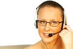 Junge hübsche Frau, die einen Telefonkopfhörer trägt lizenzfreie stockbilder