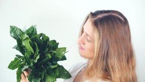 Junge hübsche Frau, die frischen Spinat hält stock video footage