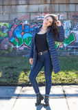Junge hübsche Frau, die herein in die Stadt aufwirft Stockfoto