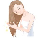 Junge hübsche Frau, die ihr glänzendes langes Haar streicht Stockbild