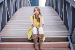 Junge hübsche Frau, die am Mobiltelefon auf Brücke - Frau hat ein Gespräch am Smartphone spricht Stockbilder