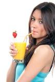 Junge hübsche Frau, die Orangensaftcocktail trinkt Lizenzfreies Stockfoto