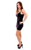 Junge hübsche Frau, die schwarzes Abendkleid trägt und im stu aufwirft lizenzfreie stockfotos