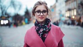 Junge hübsche Frau, die sicher in Richtung zur Kamera umzieht Spaß haben Elegante Abnutzung Positive Stimmung Städtische Landscha stock video footage
