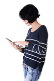 Junge hübsche Frau, die an Tablettecomputer arbeitet Stockbilder