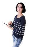 Junge hübsche Frau, die an Tablettecomputer arbeitet Stockfoto