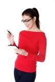 Junge hübsche Frau, die an Tablettecomputer arbeitet Lizenzfreies Stockfoto