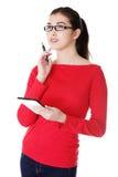 Junge hübsche Frau, die an Tablettecomputer arbeitet Lizenzfreie Stockfotos