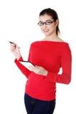 Junge hübsche Frau, die an Tablettecomputer arbeitet Stockfotos