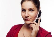 Junge hübsche Frau, die am Telefon spricht Lizenzfreie Stockbilder