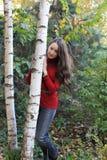 Junge hübsche Frau durch Birke Lizenzfreie Stockbilder
