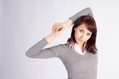 Junge hübsche Frau in entspannter Haltung Stockbilder