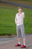 Junge hübsche Frau hält eine Wasserflasche an Stockfotografie