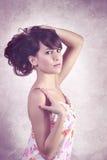 Junge hübsche Frau im Blumenkleid lizenzfreie stockfotografie