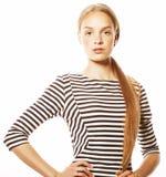 Junge hübsche Frau im eleganten Streifenkleid lokalisiert Stockfotografie