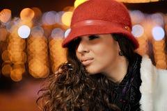 Junge hübsche Frau im Freien Stockfoto