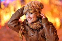 Junge hübsche Frau im Freien im Winter Stockbild