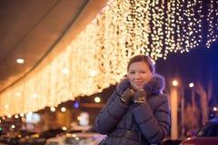 Junge hübsche Frau im Freien im Winter Stockfotografie