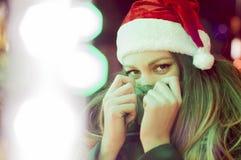 Junge hübsche Frau im Freien im Winter lizenzfreie stockfotografie