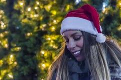 Junge hübsche Frau im Freien im Winter Sankt-Frauen mit Beuteln Stockfoto
