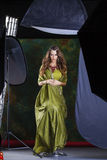 Junge hübsche Frau im grünen indischen Kleid stockfoto