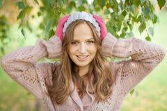 Junge hübsche Frau im Herbstpark. Lizenzfreie Stockfotos