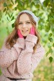 Junge hübsche Frau im Herbstpark. Stockfoto