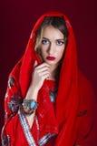 Junge hübsche Frau im Kleid des indischen Rotes Stockfoto