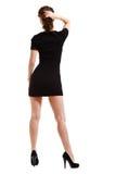 Junge hübsche Frau im mini schwarzen Kleid auf Weiß Stockbild