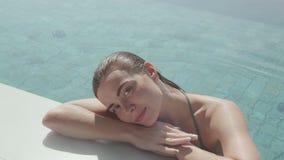 Junge hübsche Frau im Pool im Freien stockfoto