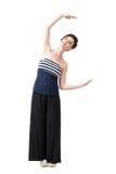 Junge hübsche Frau im schulterfreien Hemd, das Buchstaben C mit den Armen formt Stockfotografie