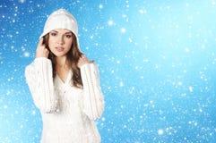 Junge hübsche Frau im Winterkleid Lizenzfreie Stockbilder