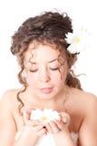 Junge hübsche Frau mit Blume Stockfotografie