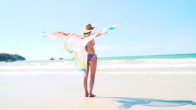 Junge hübsche Frau mit buntem Stoff am Knall Tao Beach in Phuket, Thailand stock video footage