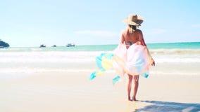 Junge hübsche Frau mit buntem Stoff am Knall Tao Beach in Phuket, Thailand stock footage