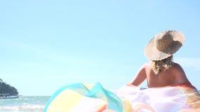 Junge hübsche Frau mit buntem Stoff am Knall Tao Beach in Phuket, Thailand stock video