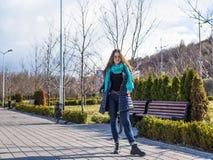 Junge hübsche Frau mit dem blauen Schal, der herein aufwirft Lizenzfreie Stockbilder