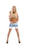 Junge hübsche Frau mit einem wattled Korb in den Händen Stockfoto