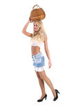 Junge hübsche Frau mit einem wattled Korb im Kopf Stockfotos