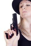Junge hübsche Frau mit einer Gewehr Lizenzfreie Stockfotos