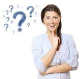 Junge hübsche Frau mit Fragezeichen Stockfotos