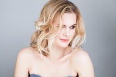 Junge hübsche Frau mit langer blonder Frisur Stockbilder