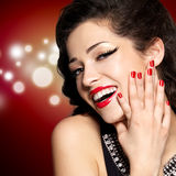 Junge hübsche Frau mit roten Maniküre und den Lippen Stockfotos