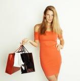 Junge hübsche Frau mit Taschen auf Weihnachtsverkauf herein Lizenzfreie Stockfotos